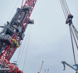 Mammoet_Focus30_vertical_self_erecting_crane_pedestal_small_surface_safety