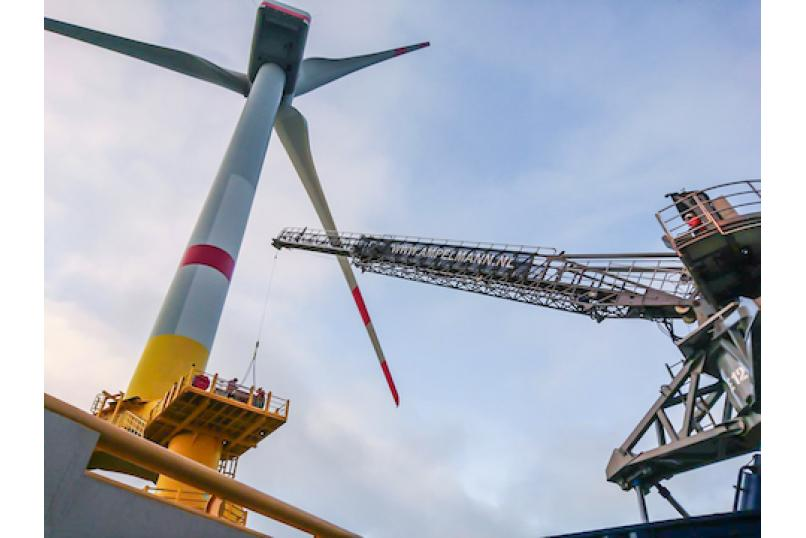 Technology_oil_gas_logistics_offshore_access_cargo_Ampelmann_windturbine