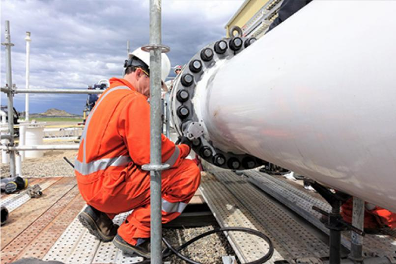 Technology_oil_gas_maintenance_bolding_Hytorc_washer_man_changeout