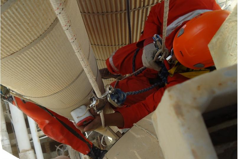 Technology_oil_gas_maintenance_inspection_SONOPEC_hanging_engineer